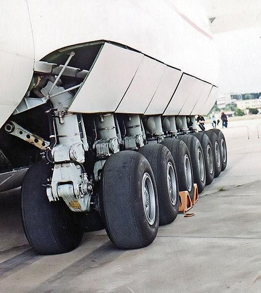 File:Antonov-225 main landing gear 2.jpg